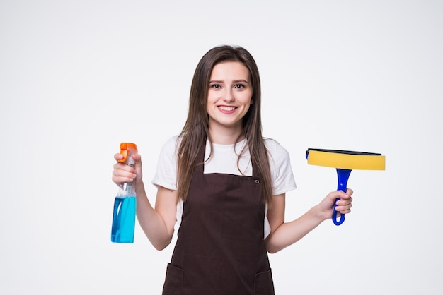 Jonge vrouw met spons en spray. huis schoonmaak dienstverleningsconcept.