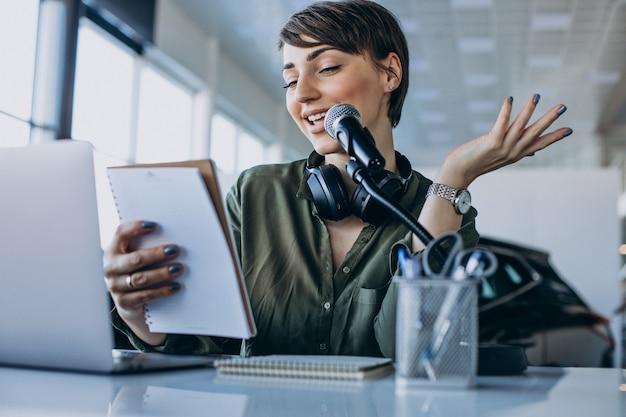 Jonge vrouw met stemacteren van de microfoonopname