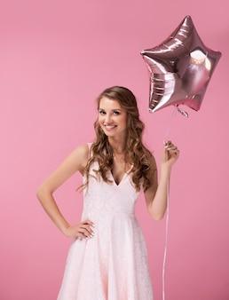 Jonge vrouw met stervormige ballon