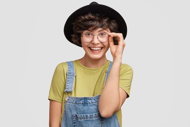 Jonge vrouw met stijlvolle zwarte hoed