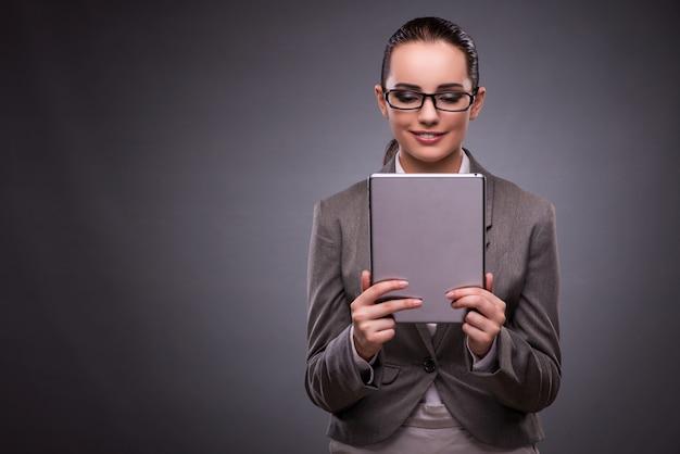 Jonge vrouw met tablet in bedrijfsconcept