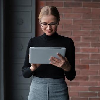Jonge vrouw met tablet