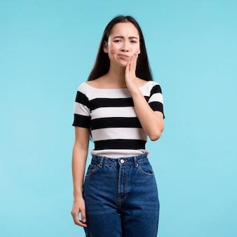 Jonge vrouw met tandpijn