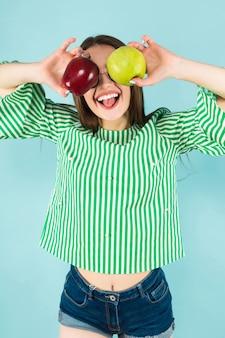 Jonge vrouw met twee appels