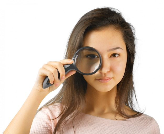 Jonge vrouw met vergrootglas