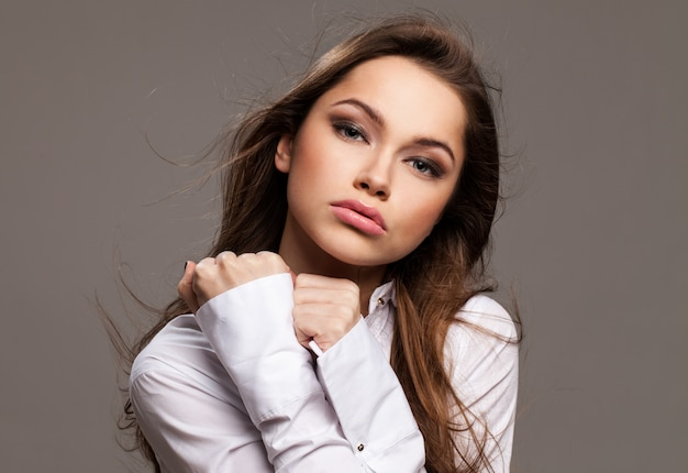 Jonge vrouw met vervreemding emotie