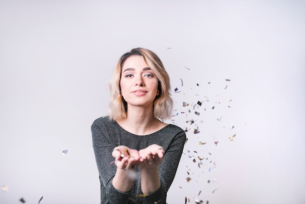 Jonge vrouw met vliegende confetti
