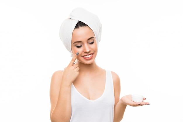 Jonge vrouw met vochtinbrengende crème
