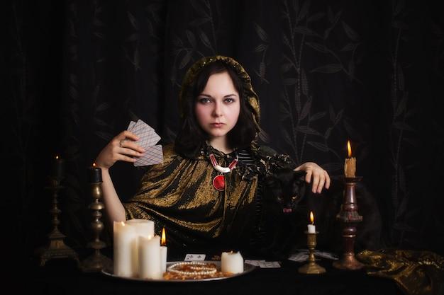 Jonge vrouw met waarzeggen kaarten in de kamer