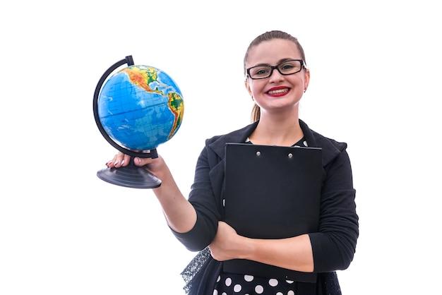 Jonge vrouw met wereldbol op wit wordt geïsoleerd