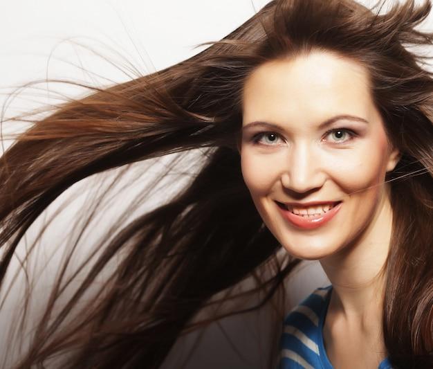 Jonge vrouw met wind in haar