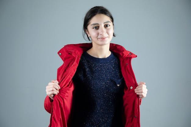 Jonge vrouw met winterjasje in studio