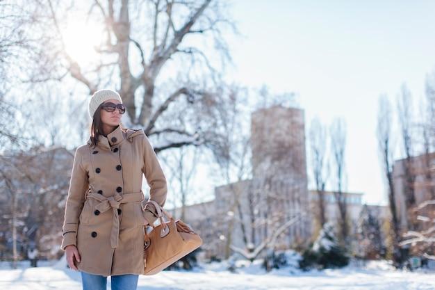 Jonge vrouw met winteruitrusting