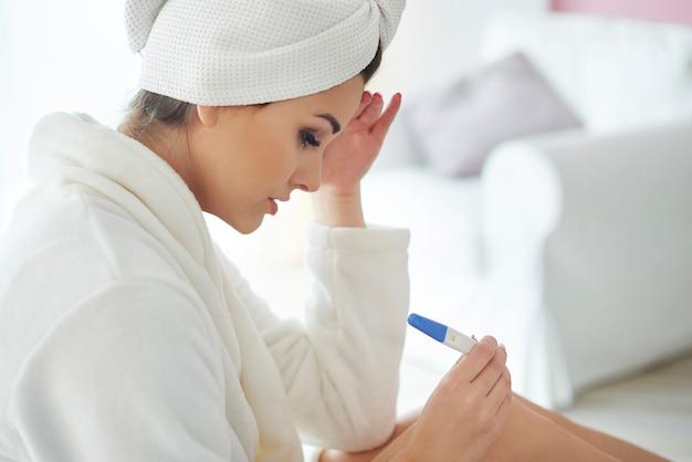 Jonge vrouw met zwangerschapstest