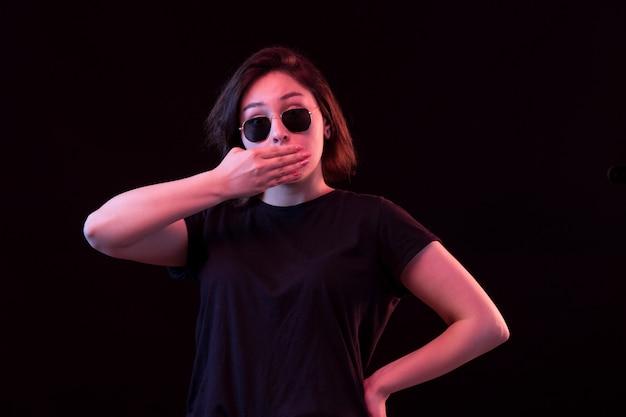 Jonge vrouw met zwart t-shirt en zonnebril