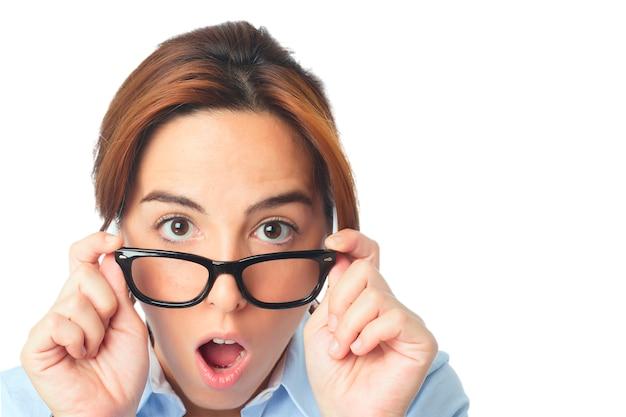 Jonge vrouw met zwarte bril kijken verbaasd