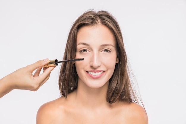 Jonge vrouw met zweep mascara