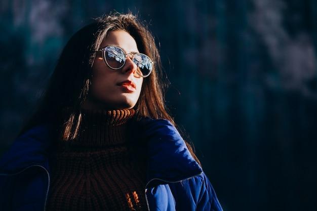Jonge vrouw model in blauwe winter jas