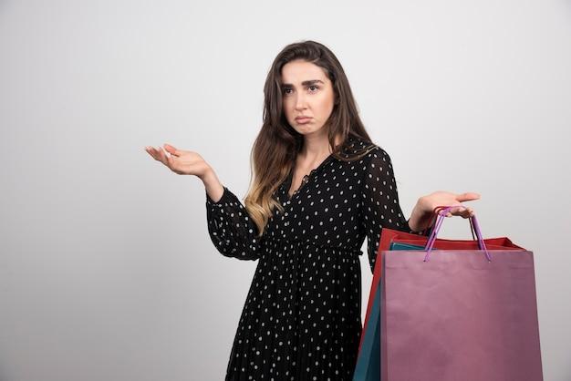 Jonge vrouw model met veel boodschappentassen
