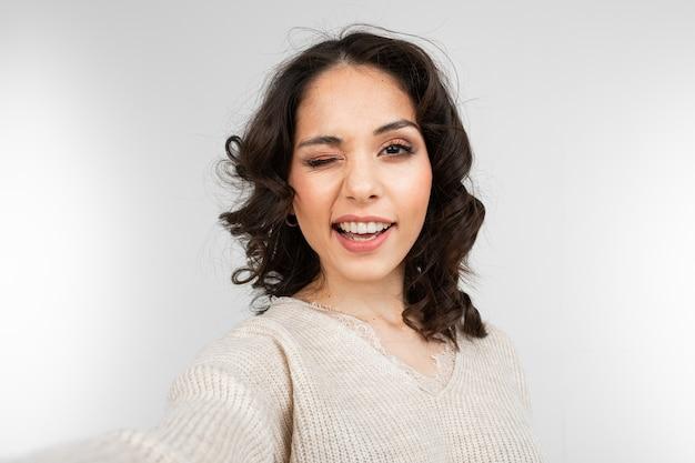 Jonge vrouw model selfie te nemen terwijl grimassen
