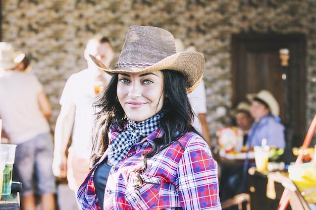 Jonge vrouw mooi vrolijk portret op een feestje in cowboystijl