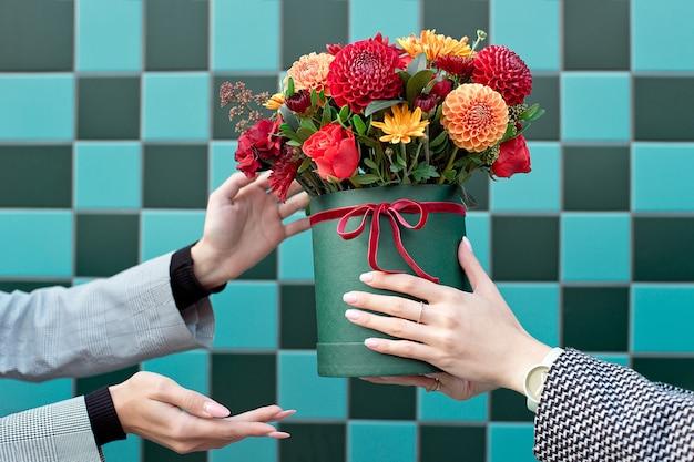 Jonge vrouw mooie pioenroos bloemen ontvangen levering vrouw.