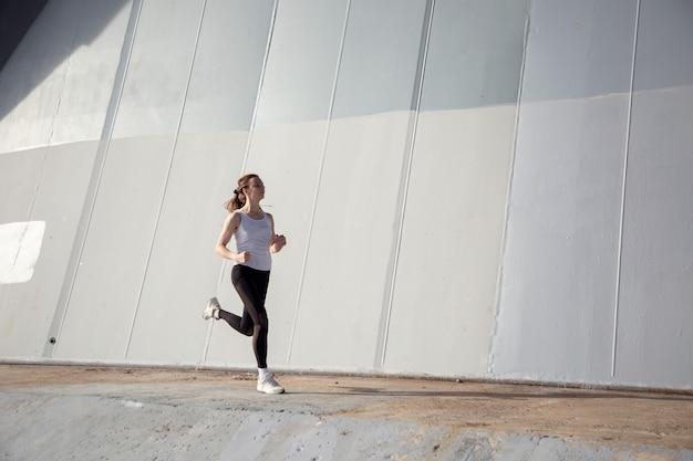 Jonge vrouw ochtend jogging workout