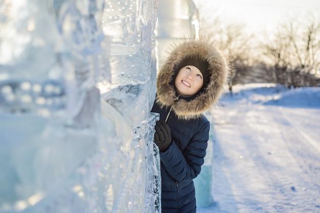 Jonge vrouw onder ijs in de winter