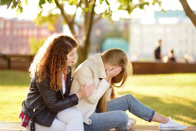 Jonge vrouw ondersteunt en kalmeert haar upsed vriend