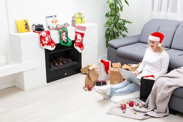 Jonge vrouw online kerstcadeaus bestellen