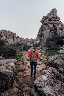 Jonge vrouw ontdekkingsreiziger met haar rugzak lopen op de berg. concept van avontuur, excursies en uitstapjes.