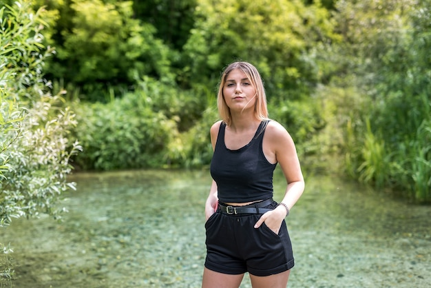 Jonge vrouw ontspannen en genieten van tijd in de natuur