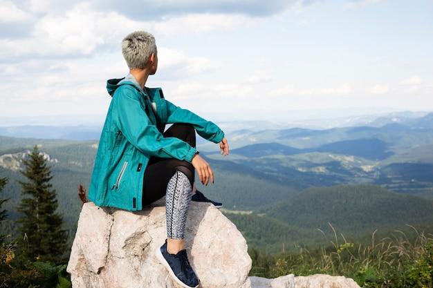 Jonge vrouw ontspannen in de natuur