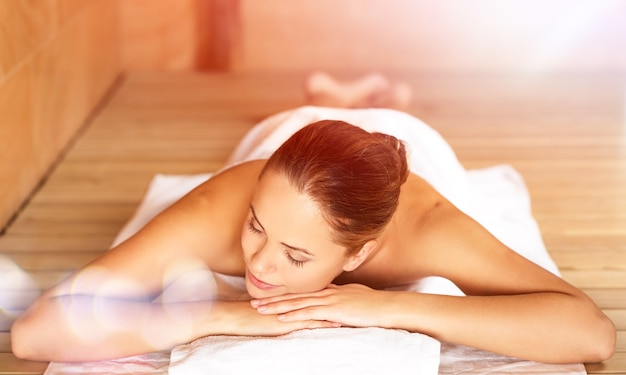 Jonge vrouw ontspannen in de spa. gezondheidszorg en schoonheid concept.