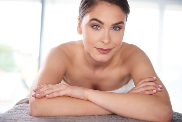 Jonge vrouw ontspannen in de spa
