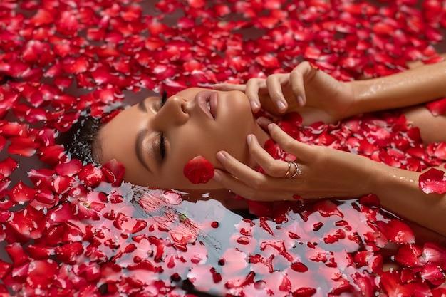 Jonge vrouw ontspannen in een badkuip