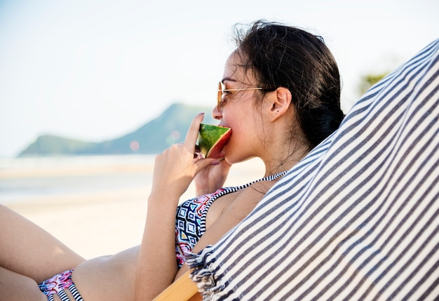 Jonge vrouw ontspannen in een resort