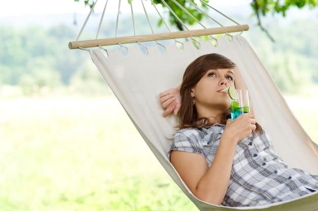Jonge vrouw ontspannen in hangmat