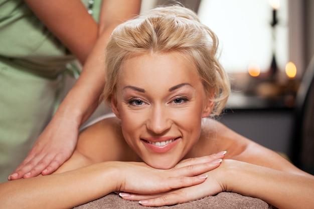 Jonge vrouw ontspannen in luxury spa