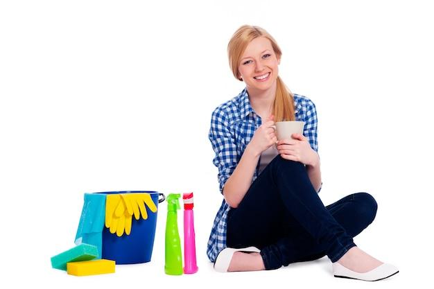 Jonge vrouw ontspannen na het schoonmaken