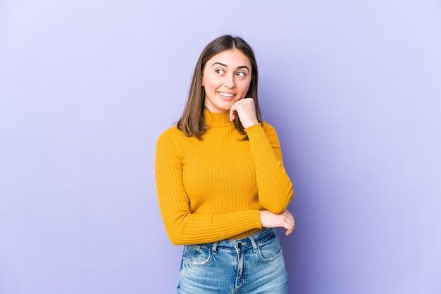 Jonge vrouw ontspannen na te denken over iets kijken naar een kopie ruimte