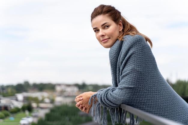 Jonge vrouw ontspannen op haar huis balkon