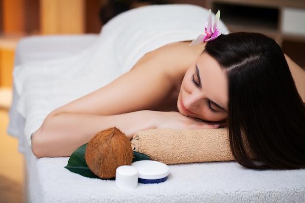 Jonge vrouw ontspant tijdens spa-behandelingen in de schoonheidssalon