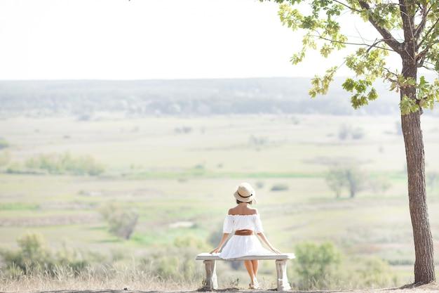 Jonge vrouw op aard vrijheid. vrouw gratis. lady bewondert een geweldig natuurlijk uitzicht. vrouw bewondert een landschap.