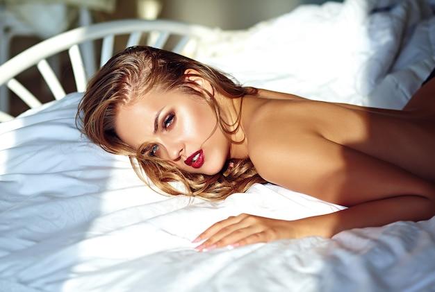 Jonge vrouw op bed in de ochtend
