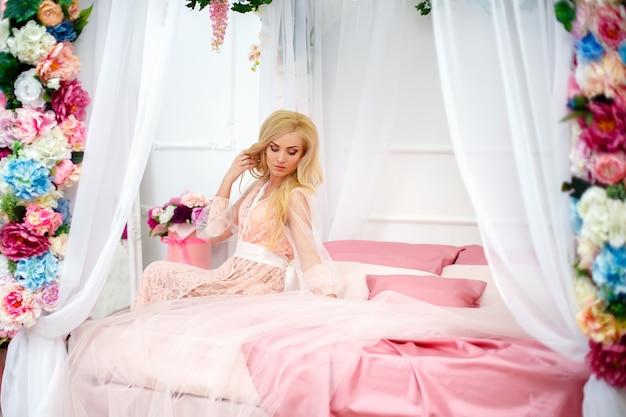 Jonge vrouw op bed met bloemen