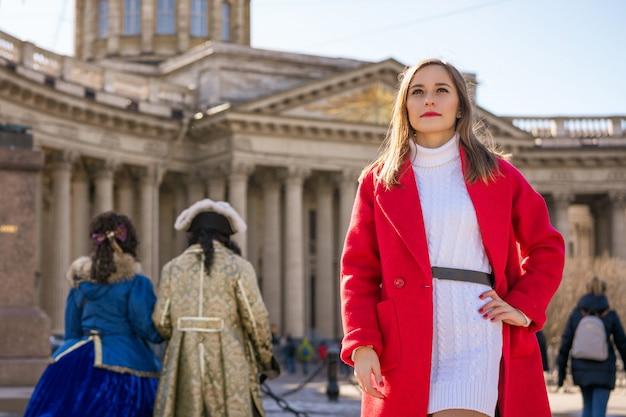 Jonge vrouw op de achtergrond van de kazan-kathedraal