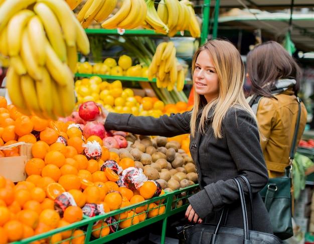 Jonge vrouw op de markt