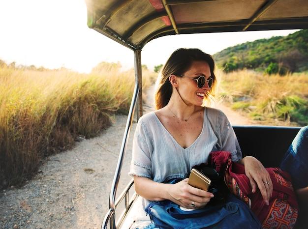 Jonge vrouw op de wegreis naar de aard