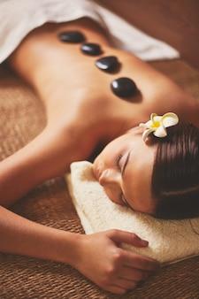 Jonge vrouw op een stone therapie